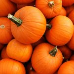 Halloween Süßigkeiten und Kürbis