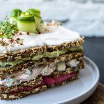 Skandinavische Sandwich-Torte auf Teller