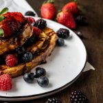 French Toast aus Dinkel-Buttermilchbrot mit Früchten