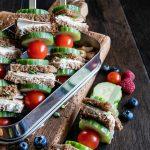 Lunchbox mit Dunkelrot-Spießen