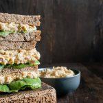 Veganer Thunfisch-Sandwich mit Delikatesskruste auf Holzbrett