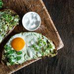 Pesto Ei auf Bergisches Landbrot, Meersalz, Holzbrett